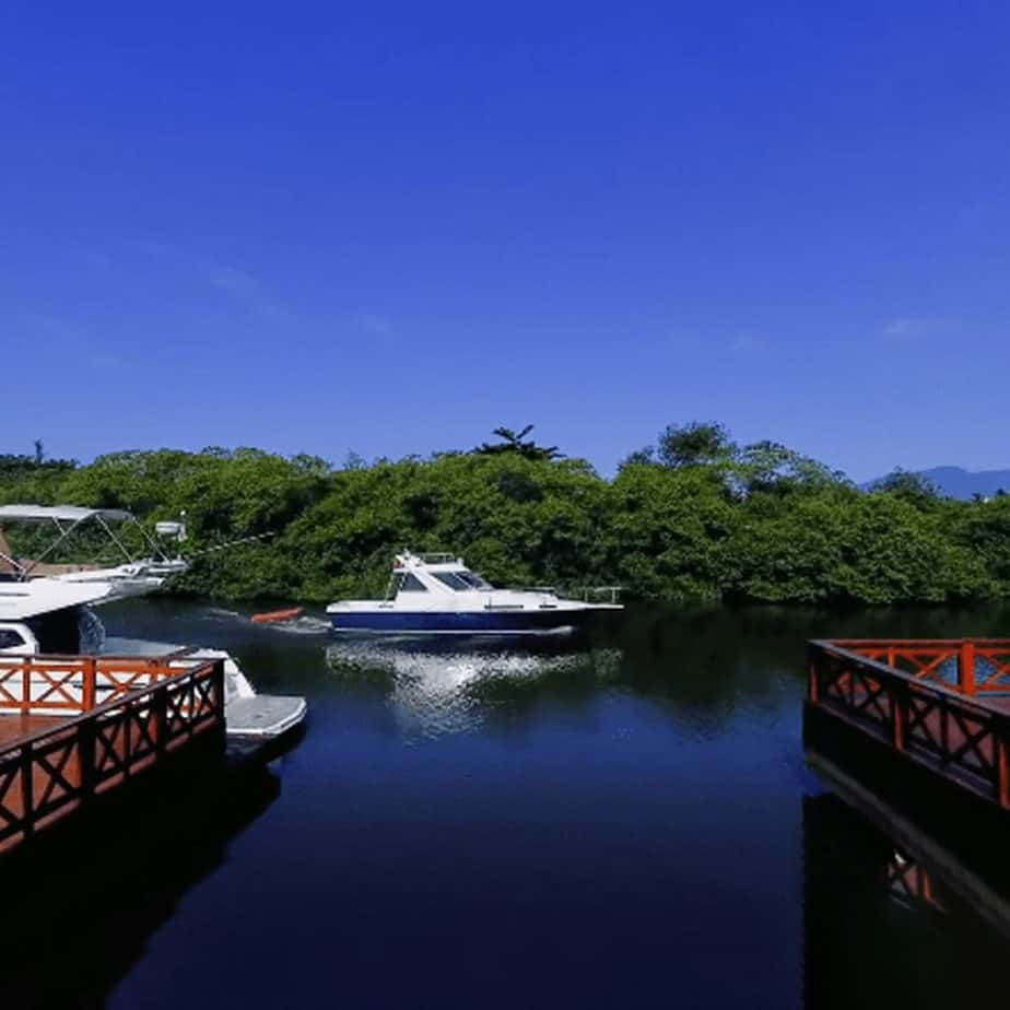 Lancha navegando no Rio Juqueriquerê, na Marina Imperial